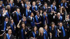Bachelor-Absolventen des Fachbereiches Wirtschaftswissenschaften der Goethe-Universität bei ihrer Abschlussfeier 2011. Sie sind jung - zu jung?
