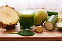 Ein Saft aus Ananas, Gurke, Sellerie, Ingwer und Zitrone gegen den dicken Bauch