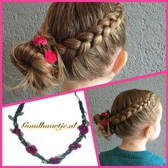 Opvlecht met knot, de knot is mooi afgewerkt met een haarband met roosjes van Goudhaartje.nl #braid #vlecht