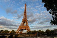 Une photo de la tour Eiffel frappée par la foudre dans la nuit de samedi à dimanche fascine les internautes, notamment sur Twitter. Le photographe Bertrand Kulik est un habitué des clichés montrant la Dame de Fer par tous les temps.