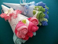 Maak een leuk kraamcadeau door een bosje bloemen van doekjes of slabbertjes te maken.