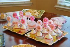Geburtstag Dekoration. Zum Muttertag. Geburtstag Kuchen Spitzenwerken Hübsche Farben rosa und weiß kommen zusammen, um die besten Topper noch zu machen. Dieser Sampler gibt Ihnen einen Vorgeschmack wie jedes Topper ist, Topper können variieren. Perfekt für eine Tee-Party zum Muttertag.