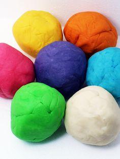 Knete selber machen ist kinderleicht, günstig, ungiftig. Knete Rezept inkl. Anleitung & Tipps für selbstgemachte Spielknete ohne Alaun