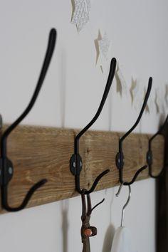 slaapkamer make over: diy kapstok van oud pallet hout en ikea svartsjon haken, papieren sterren slinger van liefskarlijn