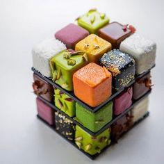Colorate, geometriche e gustose torte ispirate al Cubo di Rubik dello chef Cédric Grolet.