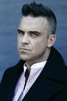 Robbie Williams posing for Vanity Fair Italy and wearing his own clothing. S Williams, Robbie Williams, Cat People, Good People, Man Alive, Male Style, Men's Style, Male Beauty, Vanity Fair