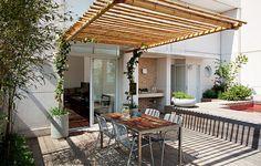 A pérgola suspensa, projetada pelo paisagista João Fausto, livra o terraço de pilares, que acabariam comprometendo a circulação da área. A estrutura flexível de bambu-mossô é sustentada, na parte superior, por dois cabos de aço e chumbada na parede