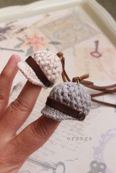Gehäkeltes Beanie als Anhänger Crochet Doll Clothes, Doll Clothes Patterns, Crochet Dolls, Crochet Yarn, Crochet Keychain, Crochet Bracelet, Accessoires Barbie, Flower Chart, Barbie Accessories