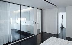 moderne glazen schuifdeur in combinatie met de taatsdeur beide in transparant glas rimadesio Italiaans high-end design