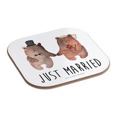 """Quadratische Untersetzer Bär Heirat aus Hartfaser  natur - Das Original von Mr. & Mrs. Panda.  Dieser wunderschönen Untersetzer von Mr. & Mrs. Panda wird in unserer Manufaktur liebevoll bedruckt und verpackt. Er bestitz eine Größe von 100x100 mm und glänzt sehr hochwertig. Hier wird ein Untersetzer verkauft, sie können die Untersetzer natürlich auch im Set kaufen.    Über unser Motiv Bär Heirat  Der """"Just Married"""" Bär ist eine besonders liebevolle Zeichnung aus der Mr. & Mrs. Panda Beary…"""