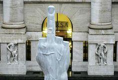 L'opera di Maurizio Cattelan davanti alla Borsa di Milano (LaPresse)