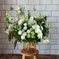 """@asfloristas publicou em seu respectivo perfil do Instagram: """"Sabe, eu não costumo usar muito a paleta verde e branco... ⠀⠀⠀⠀⠀⠀⠀ E até quando me pedem fotos de…"""" Floral, Instagram, Design, Pallets, Profile, Pictures, Flowers, Flower"""