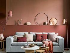 Wohnzimmer Einrichtung, Wandfarbe Apricot, Graues Sofa, Kleiner Tisch Und  Hocker, Viele Dekoartikel