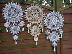 Freeform Crochet, Crochet Art, Crochet Doilies, Crochet Flower Patterns, Crochet Flowers, Crochet Mile A Minute, Doily Art, Dream Catcher Decor, Shabby Chic Wallpaper