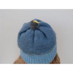 Irrésistible et fondant, bonnet en forme de cake gourmandise. Bonnet cupcake pour fille tricoté main. Bonnet cake gourmandise tricoté avec le kit laine Plassard. Taille 6 ans pouvant aller jusqu'au 8 ans environ car la laine s'étire bien. Le départ du bonnet est tricoté de couleur bleu ciel en cote 1/1 puis le haut du bonnet est tricoté d'un autre bleu en jersey envers. La petite cerise pompon est de couleur grise avec une petite tige jaune. Lavage 30°. Prix 14 $.