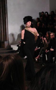 Toque en fourrure et robe du soir chez #RalphLauren #NYFW