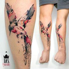 Suzi Tattoo ▷ 1001 + idées, ▷ 1001 + idées photo de tattoo aquarelle de colibri ou hirondelle en gris et rose sur avant bras homme Tattoo. Tattoos Motive, Body Art Tattoos, New Tattoos, Tattoos For Guys, Sleeve Tattoos, Cool Tattoos, Tatoos, Tattoo Fonts, Sister Tattoos