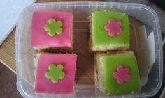 Groene bloem biscuit 1, roze bloem biscuit 2.