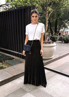 Summer is here (and if it's not summer where you are now, these summer looks might make you want to book a vacay to somewhere warm)! Below is a round up of some of the best street style outfits to inspire you this summer. Black Skirt Outfits, Maxi Skirt Outfits, Maxi Skirts, Maxi Skirt Black, Skirt Pleated, Long Skirts, Flowy Skirt, Modest Fashion, Skirt Fashion