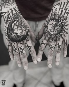 Hand Tattoo can be considered to be the most popular tattoos ever worn all over the world. Despite of the relatively small area, you will be surprised to see a variety of incredible tattoo designs on their hands. Mini Tattoos, Body Art Tattoos, New Tattoos, Tattoos Pics, Fake Tattoos, Tattoo Images, Tattoo Style, Tattoo Trend, Full Sleeve Tattoos