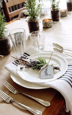Love this table setting by {finding home online} #Tablescapes