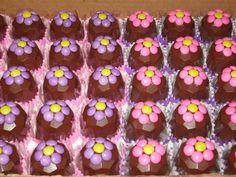 Bombom com transfer varios modelos !!! Bombom diamante com flores em confete Tortoletes!! Barrinha de chocolate com ...