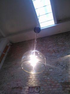 üvegballonból kialakított lámpa réz szegéllyel foglalattal