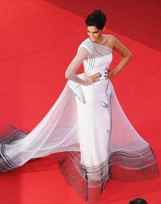 sonam kapoor in jean paul gaultier. hate her, but love the dress!