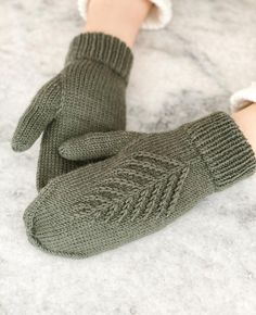 Knitted Mittens Pattern, Knit Mittens, Knitted Gloves, Knitting Socks, Hand Knitting, Christmas Knitting Patterns, Knitting Patterns Free, Free Pattern, Knitting Accessories