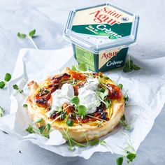 Saint Agur Créme mini pie with sweet tomatoes Mini Pies, Camembert Cheese, Tomatoes, Sweet, Food, Kitchens, Candy, Meals, Tomato Plants