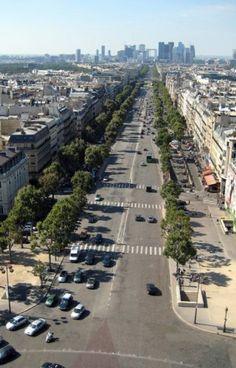 L'avenue de la Grande-Armée est l'avenue qui sépare les 16ᵉ et 17ᵉ arrondissements de Paris, et partant de la place de l'Étoile, elle arrive à la Porte Maillot. Wikipédia