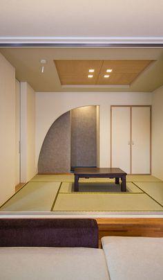 リビングとの続き間の和室は奥様のこだわり。純和風要素を多く取り入れ落ち着いた空間に、床の間のアーチの垂れ壁・天井の木目がアクセントになっています。