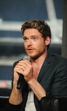 Even more adorable Richard Madden Nerd HQ Panel being adorable Scottish Man, Scottish Actors, Richard Madden Shirtless, Medici Masters Of Florence, Game Of Throne Actors, King In The North, Hot Dog, Good Looking Men, Prince Charming