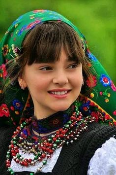 Smiles From Around The World Kids Around The World, Beauty Around The World, People Around The World, Folklore, Beautiful World, Beautiful People, Romanian Girls, Romanian Flag, Thinking Day