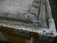 """Basílica de Saint Sernin en Toulouse -Escultura románica francesa. Mesa de Altar románica en la que aparece el nombre del maestro escultor: """"Bernardus Geldvinus Me Fec"""". Año 1080."""