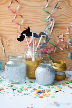 new years home decor: sparkly glas jars, straws with paper mustaches and diy confetti