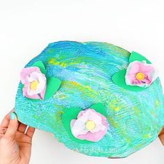 Claude Monet Water Lilies Art Project for Kids Monet Inspired Water Lilly Art Project for Kids - create a beautiful water scene using an unusual painting tool. A great way for kids to explore famous artists and new colour-mixing techniques. Famous Artists For Kids, Famous Artists Paintings, Kindergarten Art Projects, Kid Art Projects, Diy Arts And Crafts, Art Crafts, Plate Crafts, Art Activities, Elementary Art