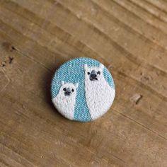 シロクマのくるみボタンブローチ(青)