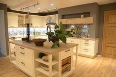 Moderne Landhausküche mit Holzarbeitsplatte