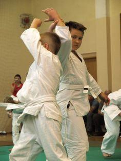 Techniki aikido wykonywane podczas egzaminu przed dzieci.