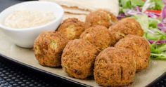If you're looking for healthier dinner options, you should try some ethnic foods like falafel that are low in fat and high in iron. Serve your falafel with a cool cucumber sauce. Greek Appetizers, Appetizer Recipes, Vegetable Dishes, Vegetable Recipes, Sauce Recipes, Cooking Recipes, Cucumber Yogurt Sauce, How To Cook Pancakes, Baked Falafel