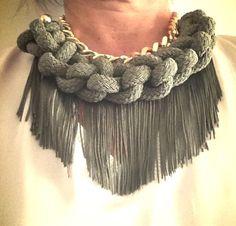 Collar con cordon de seda y flecos