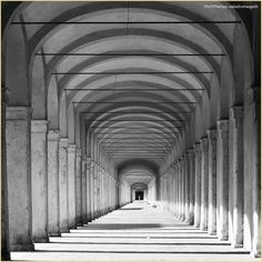#Prospettive in bianco e nero. La #PicOfTheDay #turismoer di oggi cammina attraverso archi di luce, nel Loggiato dei Cappuccini di #Comacchio. Complimenti e grazie a @abaliceborgatti / Perspectives in black & white.  Today's PicOfTheDay turismoer walks through the arcs of light in the Loggiato dei Cappuccini in Comacchio. Congrats and thanks to @abaliceborgatti