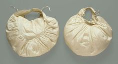 Pair of sleeve puffs - American, around 1830 White lutestring, gathered and stitched to form loosely stuffed pads. Three narrow tie tapes on each. Historical Costume, Historical Clothing, Vintage Outfits, Vintage Fashion, 50 Fashion, Fashion Styles, Leg Of Mutton Sleeve, Romantic Period, Costume Collection