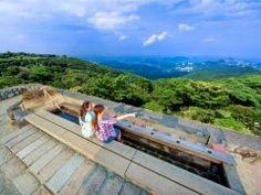 三重県の伊勢志摩スカイラインはとっても気持ちいい絶景スポットですよ ここは伊勢湾の雄大なパノラマを足湯につかりながら楽しめるんです( 晴れた日には日本アルプスや富士山まで見えちゃう 朝熊七草や神宮つつじなどの季節の草花も綺麗ですよ tags[三重県]