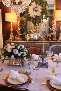 ╰☆ Fête de Noël ☆╮ **Christmas Breakfast Table Setting** Oh My Goodness ~ I Just Love The Cotton and Magnolia Breath hanging over mirror! :)