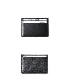Geldbörse und Kartenetui sind aus hochwertigem Rindleder gefertigt. Die raffinierte Struktur beider Börsen macht aus den zwei Begleitern eine stilvolle und exklusive Geschenkidee.