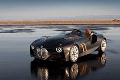 Concept Cars - Autos, die so nie gebaut werden Die perfekte Synthese aus Alltagssport- und Rennwagen präsentiert BMW 2011 mit dem 328 Hommage. Damals, zum 75. Geburtstag, wollen die Bayern ihrer Ikone von 1936 noch einmal ein Denkmal setzen. Eine langgestreckte, flache Form, ein böser Blick und die Reduktion auf das Wesentliche waren schon die Kennzeichen des BMW 328.
