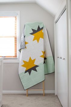 Sewing Block Quilts Star Shadows - Modern quilt pattern from available in September/October issue of Modern Patchwork Modern Quilting Designs, Modern Quilt Patterns, Patchwork Patterns, Loom Patterns, Modern Quilt Blocks, Quilt Modernen, Textiles, Star Quilts, Modern Colors