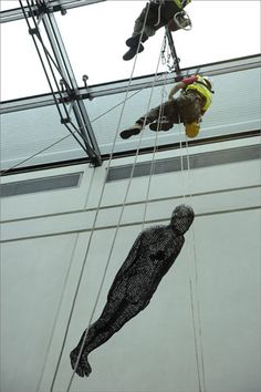 Montaje de esculturas del Escultor inglés Anthony Gormley